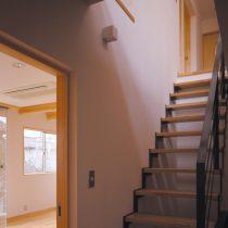 階段室とリビングを見る