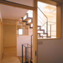 シェアードハウスの個室から階段室を見る