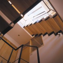 シェアードハウスの階段室の見上げ