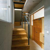 玄関と階段室を見る