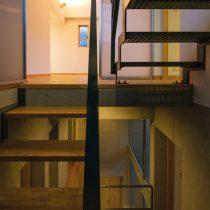 階段室からリビングと玄関からのボイドを見る
