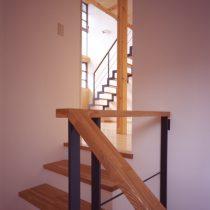 階段室から2階のリビングを見る