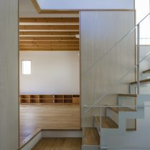 階段室から2階リビングを見る