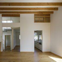 2階リビングから階段室とキッチン方向を見る