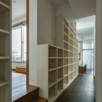 2階廊下から共同書斎の方向を見る