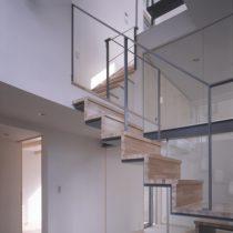 玄関から階段室を見る