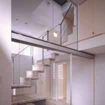 家族室から階段室を見る