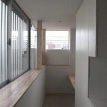 キッチンの奥に設けた家事スペースを見る