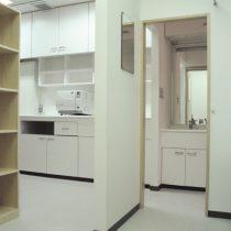 診察室から準備室の方向を見る